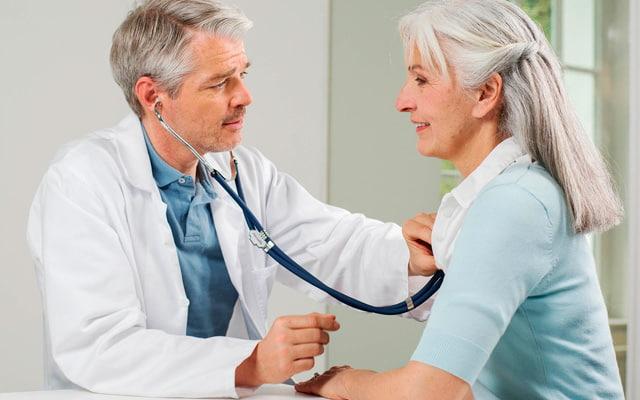 lekar vrši pregled pacijenta